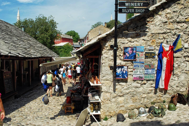 Vecchie reminiscenze belliche e foto di Tito coesistono nelle viuzze del centro di Mostar
