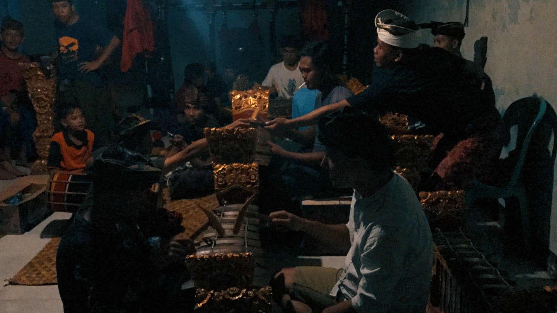 Le prove di gamelan. Un ragazzo mi spiega una delle melodie che stavano usando in un brano