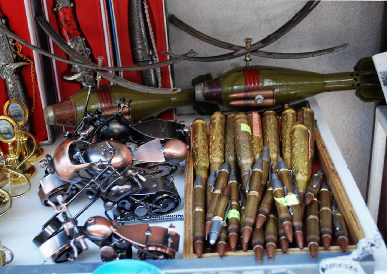 Souvenir ricavati da finti bossoli e granate sulle bancarelle di Mostar