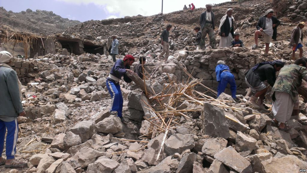 https://thesubmarine.it/wp-content/uploads/2018/02/Villagers_scour_rubble_for_belongings_scattered_during_the_bombing_of_Hajar_Aukaish_-_Yemen_-_in_April_2015.jpg