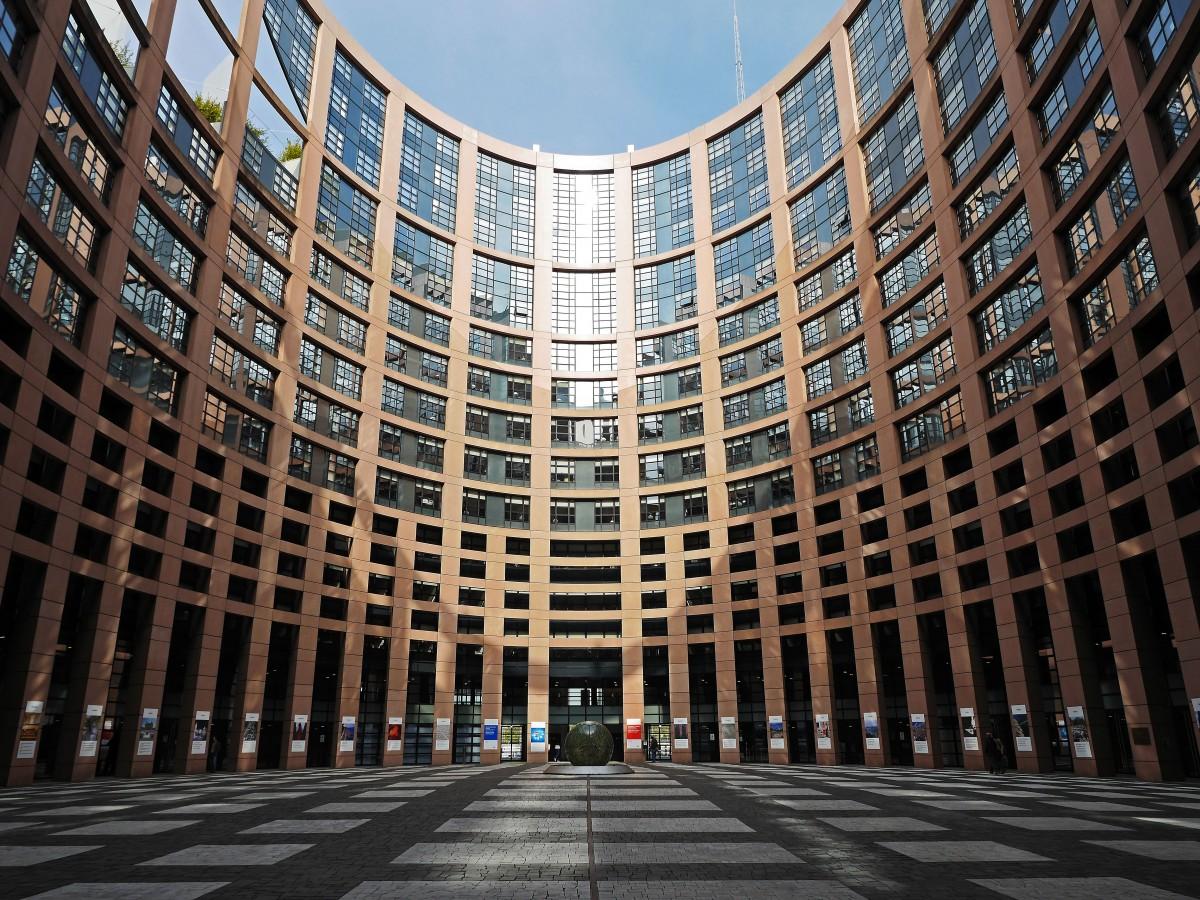https://thesubmarine.it/wp-content/uploads/2018/02/european_parliament_strasbourg_courtyard_parliament_architecture_building_places_of_interest_input-812944.jpgd_.jpeg
