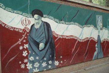 graffiti fuori dall'ex ambasciata statunitense a Teheran