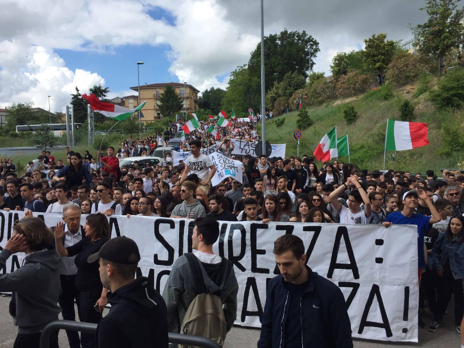 Una manifestazione di blocco studentesco lo scorso 18 maggio a Fermo, per denunciare lo stato dell'edilizia scolastica / via Facebook