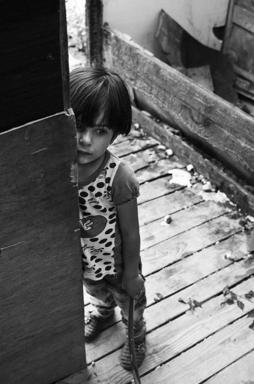 Una bambina all'ingresso della scuola interna al campo