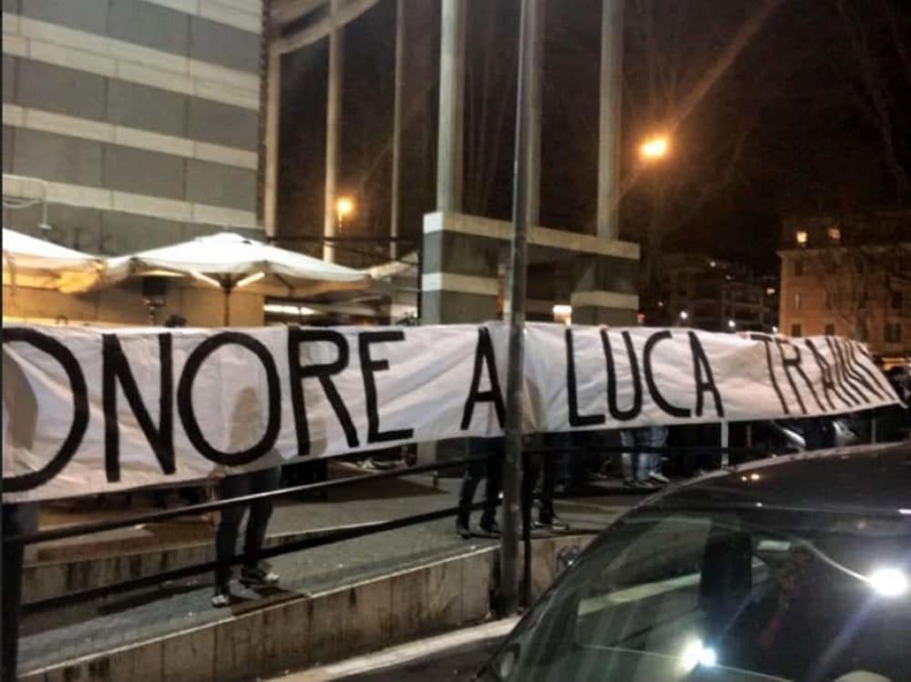 Lo striscione appeso a Ponte MIlvio in supporto a Luca Traini all'indomani della tentata strage