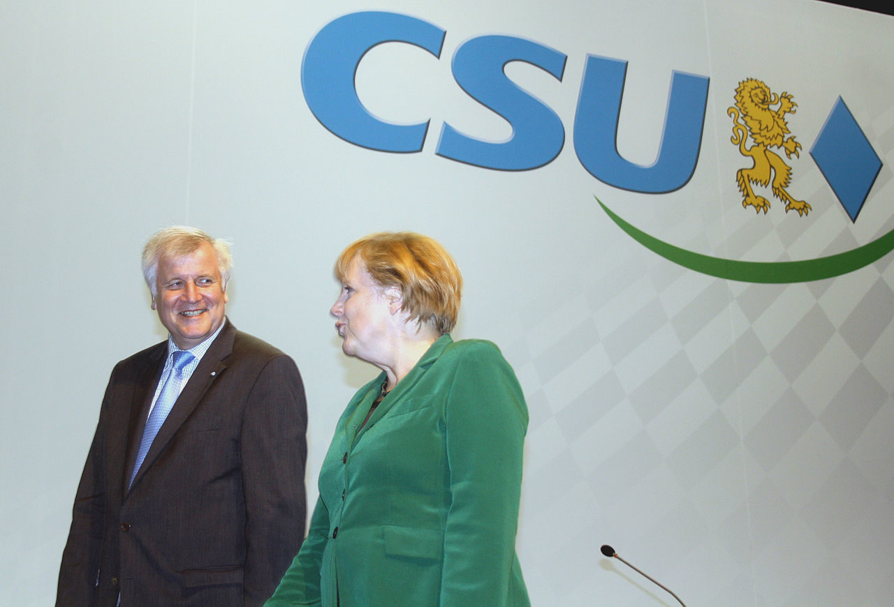 https://thesubmarine.it/wp-content/uploads/2018/07/1280px-2012-10-19-2956-Seehofer-Merkel-CSU-1280x870.jpg