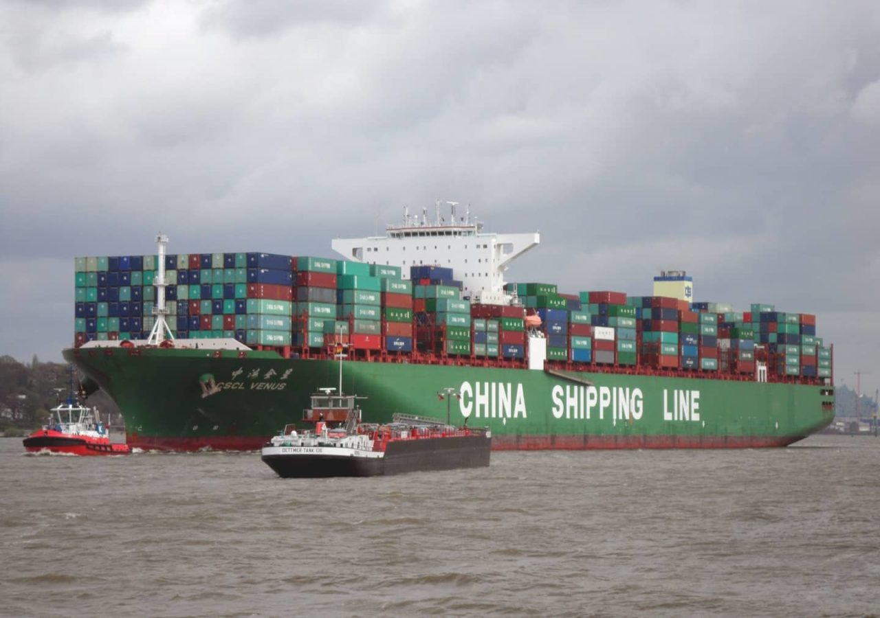 https://thesubmarine.it/wp-content/uploads/2018/09/2048px-Container_ship_CSCL_Venus_of_the_China_Shipping_Line_outgoing_Hamburg_in_April_2014-1280x900.jpg