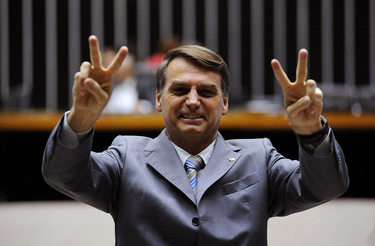 https://thesubmarine.it/wp-content/uploads/2018/10/1200px-Jair_Bolsonaro_paz_e_amor.jpg