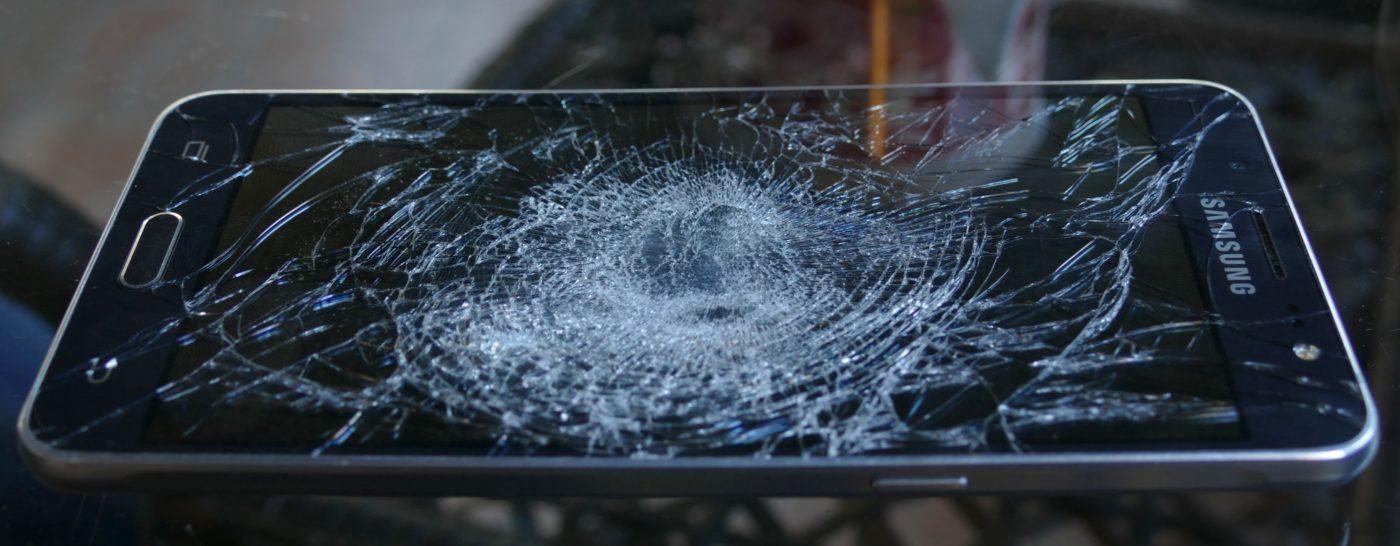 Uno dei tanti telefoni rotti dalle forze dell'ordine croate