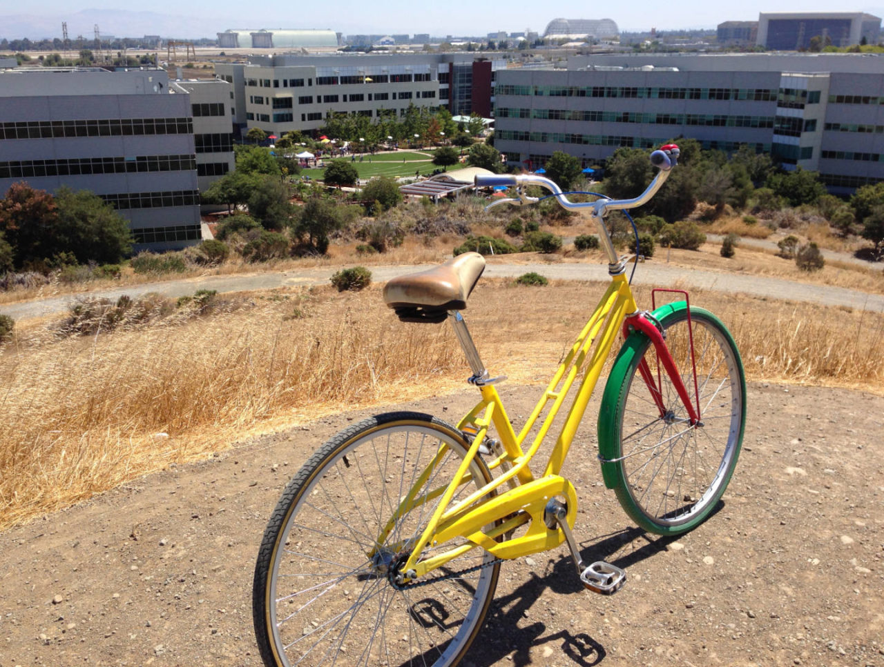 https://thesubmarine.it/wp-content/uploads/2019/01/Google_bike_on_Crittenden_Hill_overlooking_Google_campus_and_NASA_Ames-1280x967.jpg