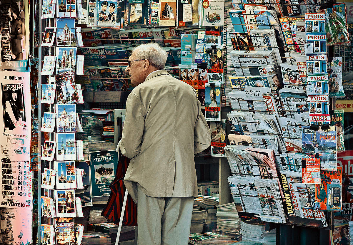 https://thesubmarine.it/wp-content/uploads/2019/02/1200px-An_old_man_in_newsagents_shop_Paris_September_2011.jpg