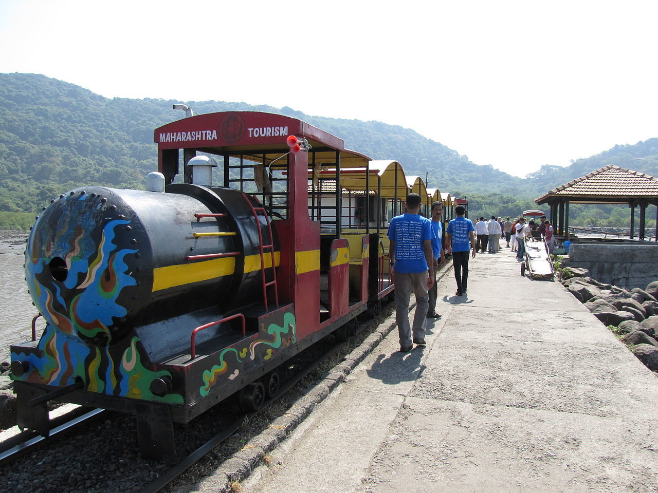 https://thesubmarine.it/wp-content/uploads/2019/03/1280px-Toy_train_to_go_to_the_hill_base_of_elephanta_caves-1280x960.jpg