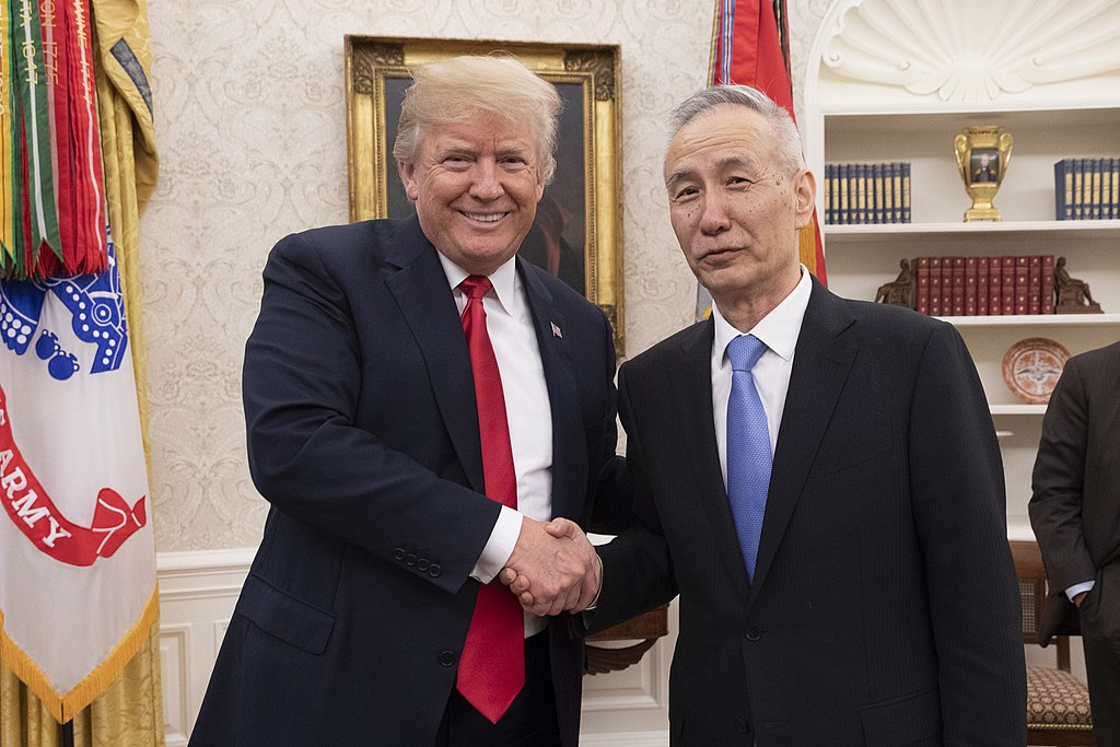 https://thesubmarine.it/wp-content/uploads/2019/05/1024px-President_Trump_Talks_Trade_with_the_Vice_Premier_of_the_People's_Republic_of_China_Liu_He_2018_27309127577.jpg