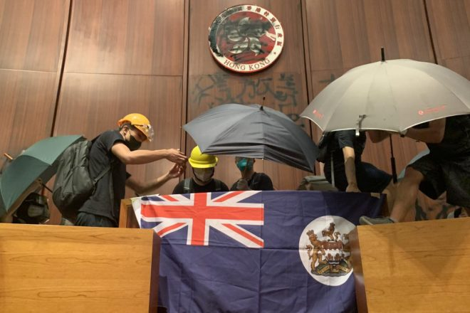 La bandiera coloniale è tornata a sventolare nel Parlamento di Hong Kong