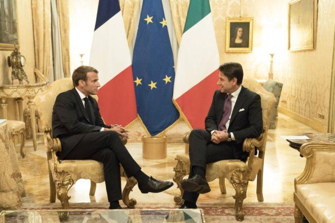 Conte e Macron trattano mentre la Ocean Viking è in mezzo al mare