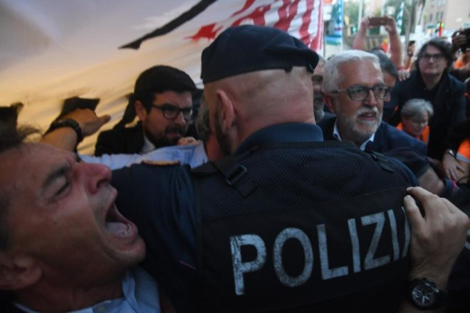La polizia ha caricato un presidio di lavoratori, e non è certo la prima volta