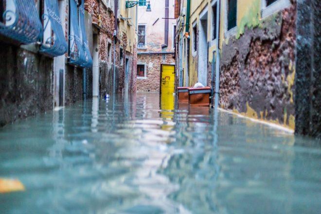Venezia è sott'acqua, ma c'è ancora chi non crede ai cambiamenti climatici