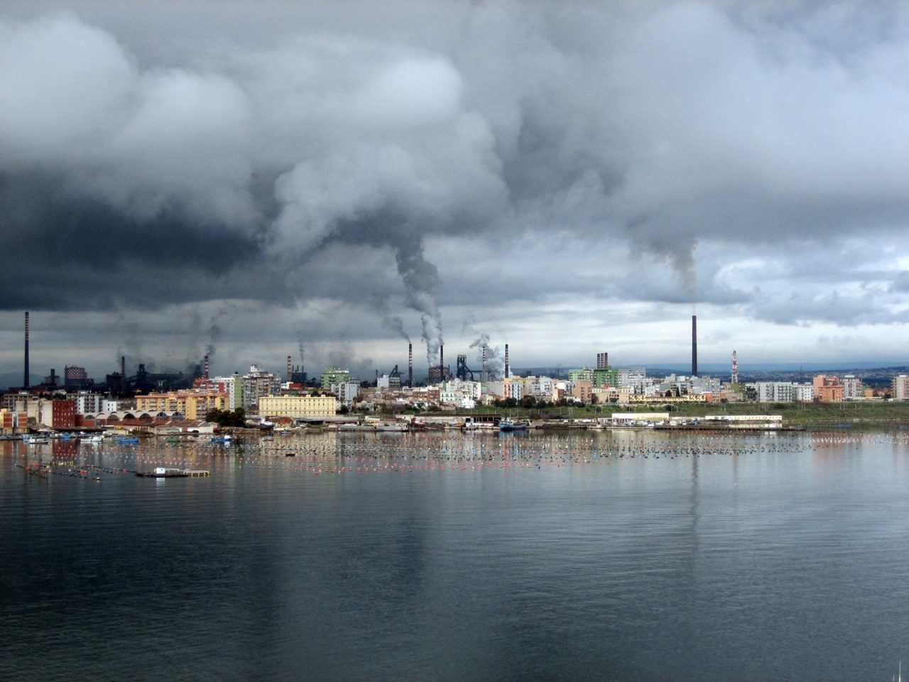 https://thesubmarine.it/wp-content/uploads/2019/11/ILVA_-_Unità_produttiva_di_Taranto_-_Italy_-_25_Dec._2007-1280x960.jpg