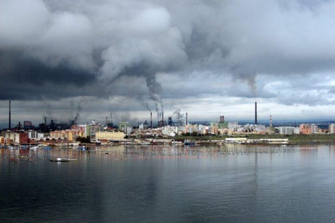 La trattativa tra il governo e ArcelorMittal va avanti senza i lavoratori