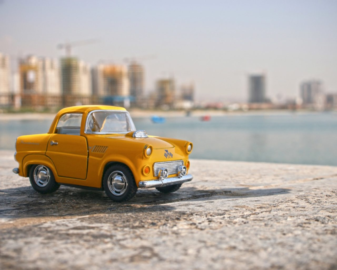 https://thesubmarine.it/wp-content/uploads/2019/11/small-yellow-car-on-the-beach_800-1280x1024.jpg