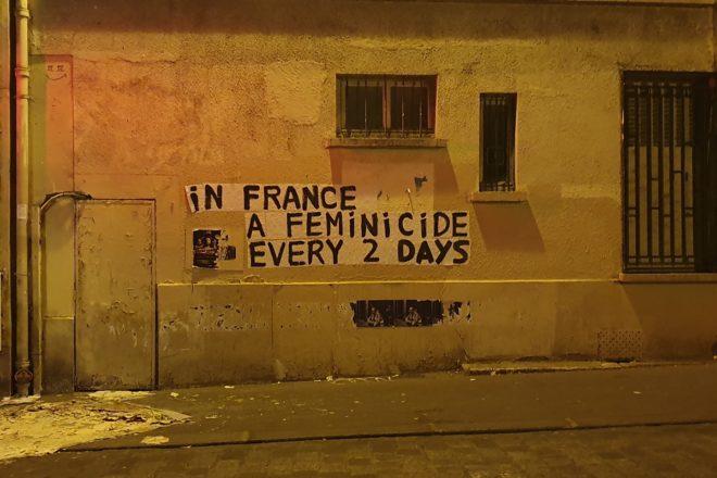 """""""Lei lo lascia, lui la uccide"""": la protesta silenziosa delle colleuses francesi contro la violenza di genere"""