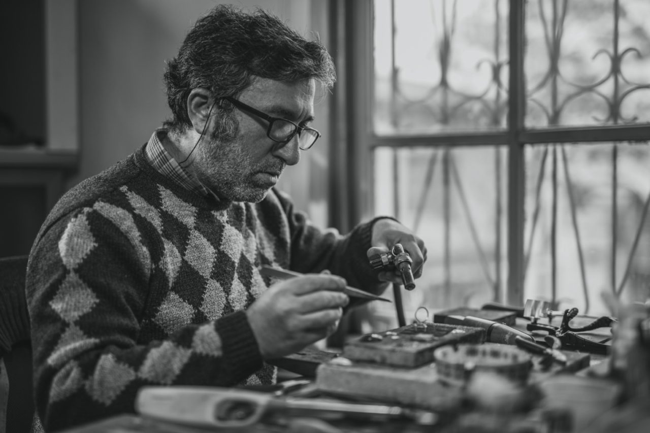 https://thesubmarine.it/wp-content/uploads/2020/02/adult-artisan-black-and-white-blur-concentration-eyeglasses-1535239-pxhere.com_-1280x853.jpg