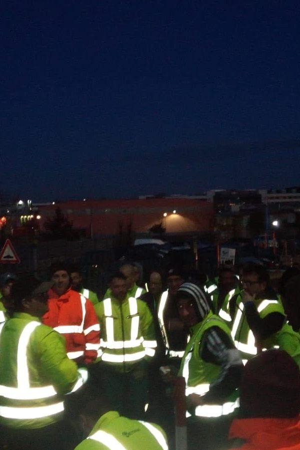 In tutta Italia gli operai scioperano contro la mancata chiusura delle fabbriche