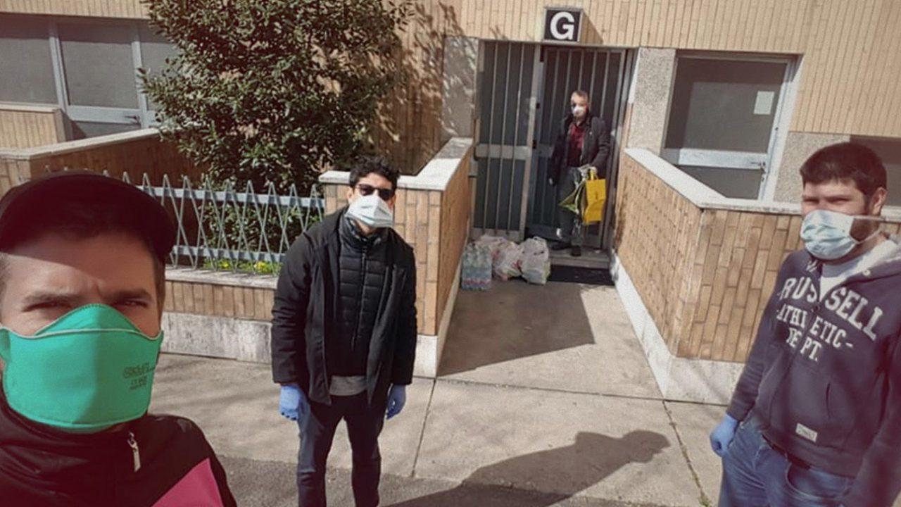 Le brigate di solidarietà che portano cibo e farmaci agli anziani di Milano
