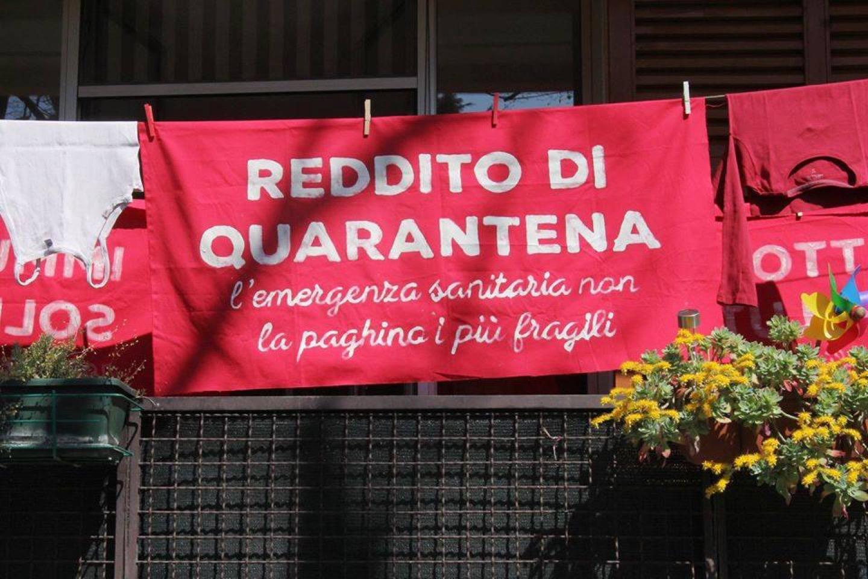 uno striscione rosso con scritto Reddito di quarantena