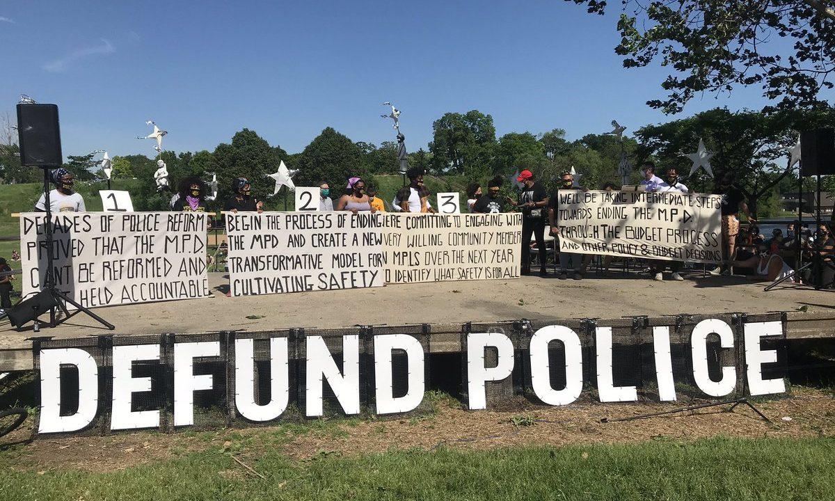 Il consiglio comunale di Minneapolis dedicherà un anno a capire come abolire la polizia