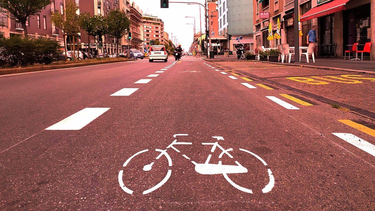 L'assurda guerra della destra contro le piste ciclabili a Milano