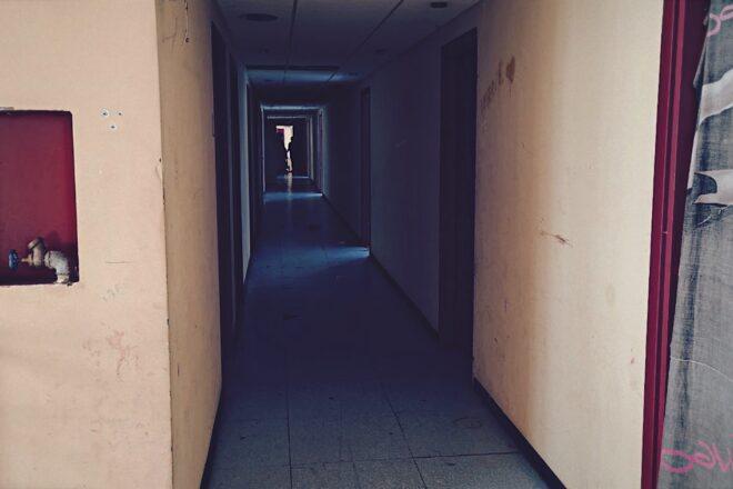 Senza luce, senza padre, senza casa: storia di un'occupazione a Dergano