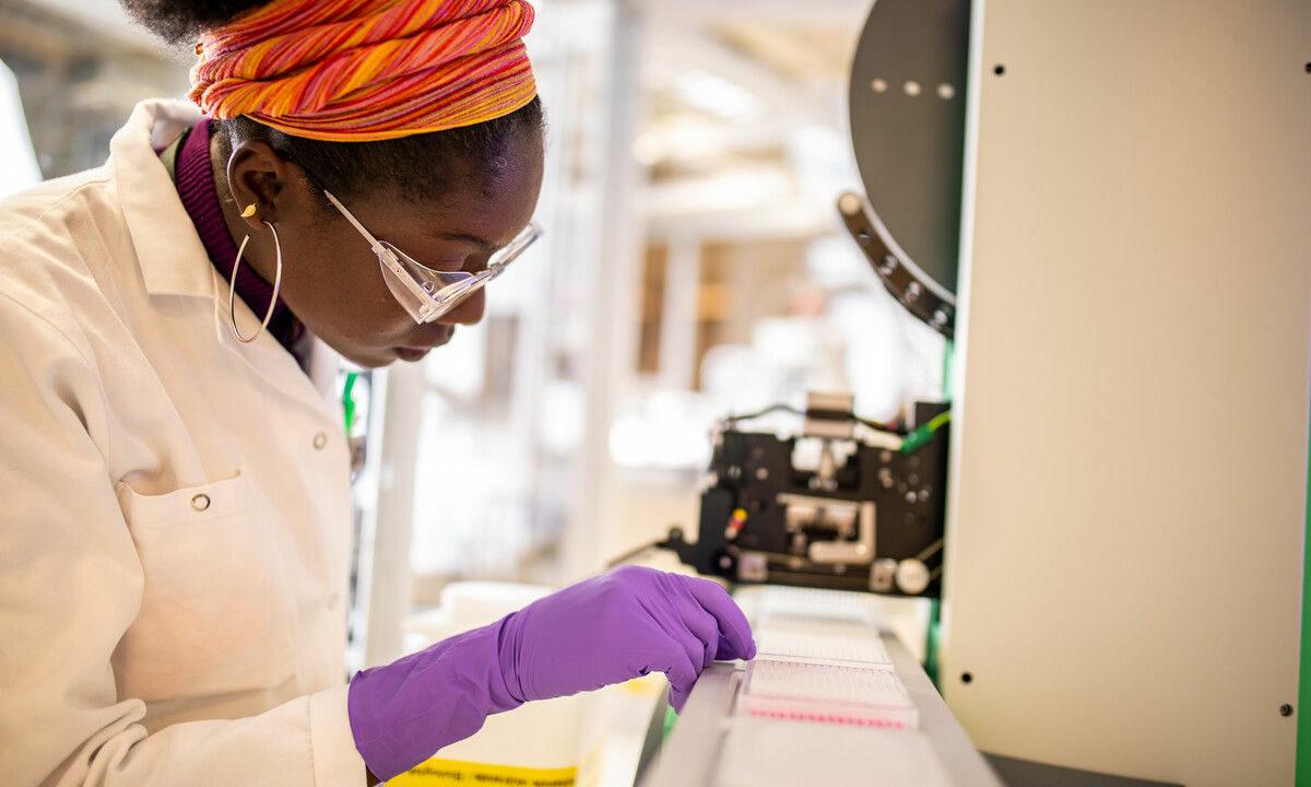 AstraZeneca ha sospeso i test sul suo vaccino, ma la politica continua a chiedere alla scienza di correre