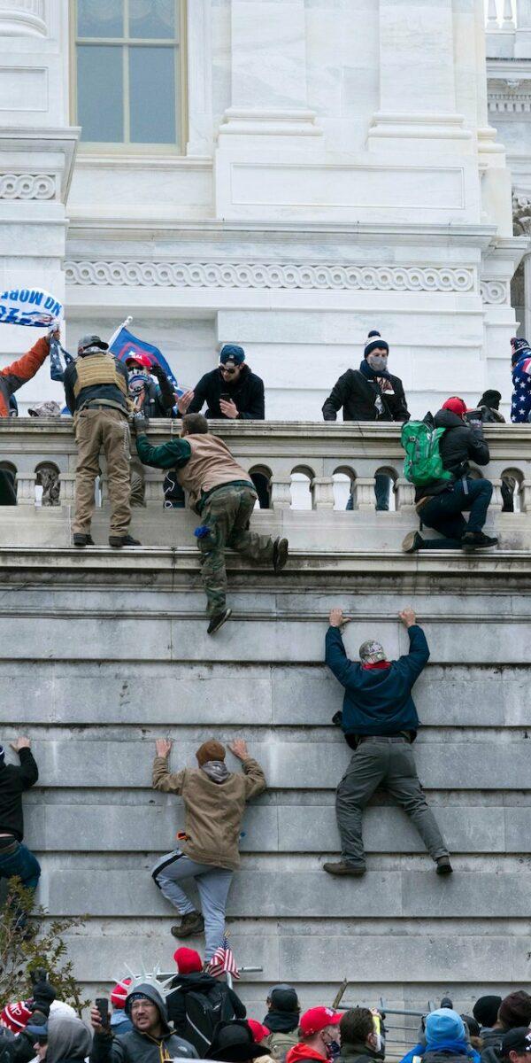 L'assalto al Campidoglio non sarebbe stato possibile senza la collaborazione della polizia