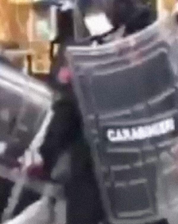 L'aggressione dei Carabinieri contro un gruppo di giovani neri che mangiavano al McDonald's